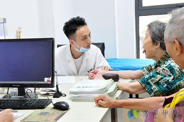 看病不唯检查强调动手,手握两大中医绝活巧治颈肩腰腿痛和下肢血管病
