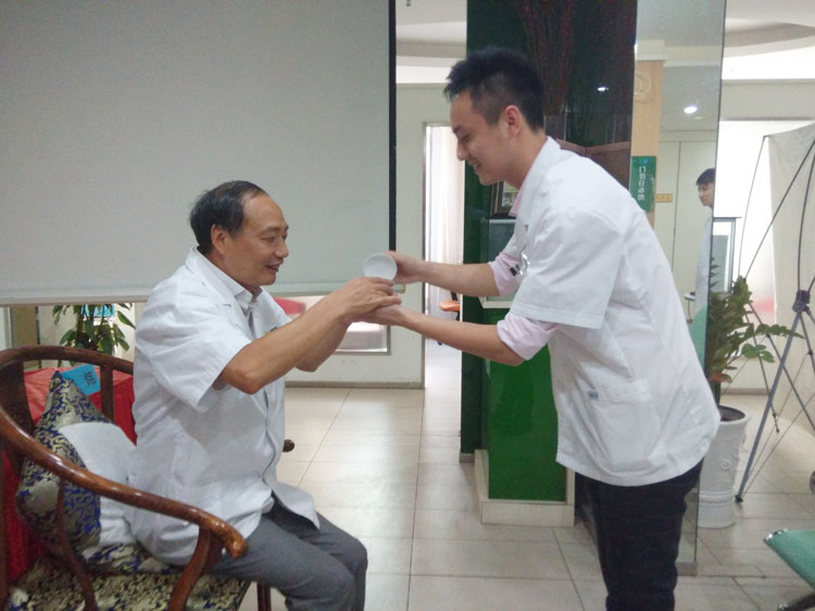 """80后医生成南京最牛""""治筋达人 从医8年解决万例颈肩腰腿疑难病痛"""