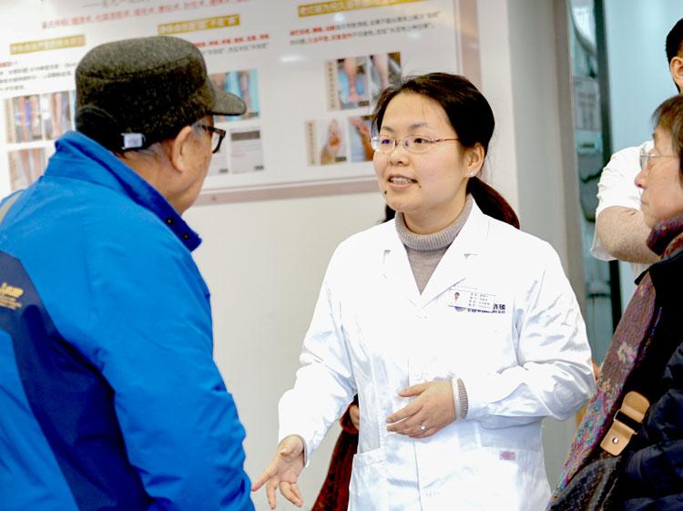 唐若兰与患者沟通